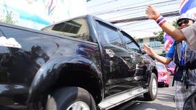 离开地方的泰国抗议者接收灌溉的部门与合作政府官员的 股票视频