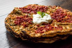 开塞利平的面包样式层数用肉末和酸奶Yaglama 库存图片