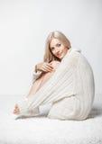 开士米毛线衣的白肤金发的妇女 库存图片