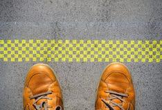 开始与人脚的一个新的事业概念在起动线 免版税库存照片