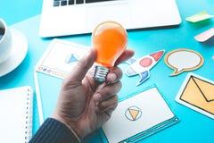 开始与电灯泡的想法概念在男性手上 库存照片