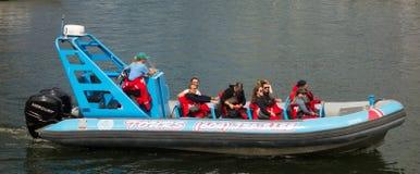 开始为一次鲸鱼观看的游览的一艘大动力化的橡胶充气救生艇在北加拿大 免版税库存照片