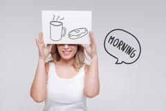 开始乐观的妇女微笑和她的早晨用鲜美咖啡 免版税图库摄影
