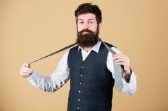 开始以您的衣领和领带在您的脖子上 勇敢艺术  人有胡子的行家设法做结 库存照片