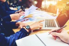 开始企业队会议工作在膝上型计算机新的企业PR 库存照片
