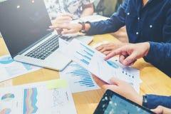 开始企业队会议工作在膝上型计算机新的企业PR 免版税图库摄影