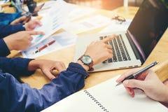 开始企业队会议工作在膝上型计算机新的企业PR 图库摄影