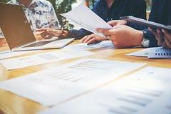 开始企业队会议研究新的企业项目 库存图片