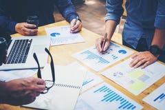 开始企业队会议研究新的企业项目 库存照片