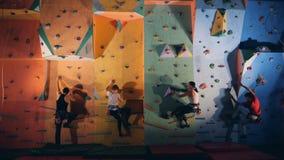 开始同时攀登墙壁的人 股票视频