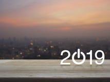 2019开始在桌上的企业平的象在都市风景迷离在温暖的轻的日落,新年快乐概念的 库存图片