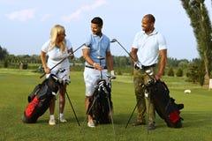 开始在高尔夫球场的比赛 免版税库存图片