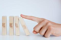 开始多米诺作用概念的人的手 免版税库存照片