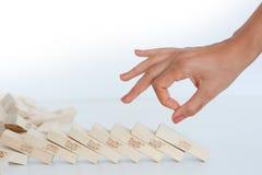 开始多米诺作用概念的人的手 免版税图库摄影