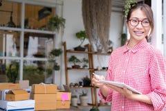 开始小企业主与数字式片剂一起使用在wor 免版税库存照片