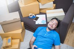 开始小企业企业家SME或做自由职业者亚裔人与箱子一起使用 库存图片