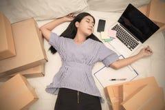 开始小企业在家工作在床概念的企业家SME或自由职业者的妇女 免版税库存照片