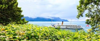 开始您的旅途并且发现有著名瑞士巡航小船的瑞士,通过美丽瑞士高山和里维埃拉漫步 库存图片