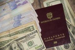 开始旅行冒险的护照和美国和哥伦比亚的金钱 免版税库存照片
