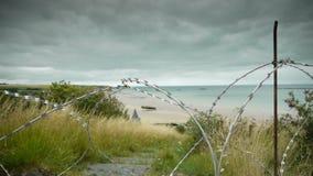 攻击开始日海岸线和铁丝网在阿罗芒什,法国 股票视频