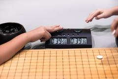 开始棋的定时器时钟和手 库存图片