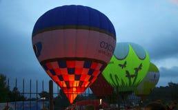 开始热空气的气球飞行在晚上天空 库存照片