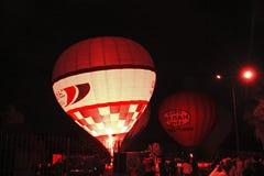 开始热空气的气球飞行在晚上天空 免版税库存照片