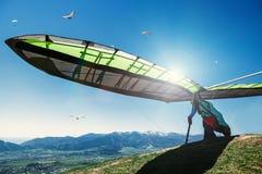 开始的吊滑翔机飞行 免版税库存图片