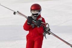 开始的孩子学会滑雪用在雪的设备 体育运动 免版税库存图片