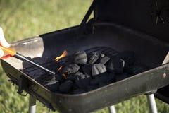 开始的木炭发火焰 免版税库存图片