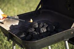 开始的木炭发火焰 免版税库存照片