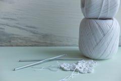 开始编织-毛线,针和开始 库存图片