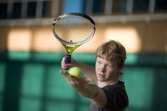 开始网球的球员服务 库存照片