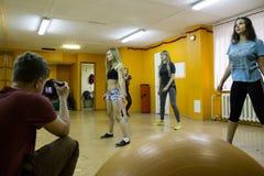 开始训练在体育俱乐部猕猴桃在2的基洛夫市 库存照片