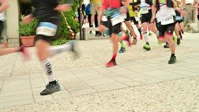 开始超足迹连续竞争-赛跑者的腿的细节的赛跑者竞争者在超马拉松镭的开始 影视素材