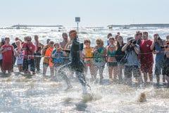 开始运动员游泳测试的Ironman的70 3佩斯卡拉在2017年6月18日 图库摄影