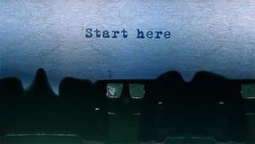 开始这里在纸片围绕的词键入在老打字机的 影视素材
