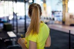 开始锻炼,后面看法 振动器在手上炫耀营养 库存照片
