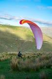 开始飞行的滑翔伞 库存图片