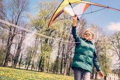 开始飞行风筝的男孩尝试 库存照片