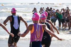 开始Ironman 70的女子运动员的游泳测试的 3佩斯卡拉2017年6月18日 库存照片