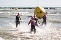 开始Ironman 70的女子运动员的游泳测试的 3佩斯卡拉2017年6月18日 免版税图库摄影