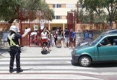 离开学校的母亲和孩子 图库摄影