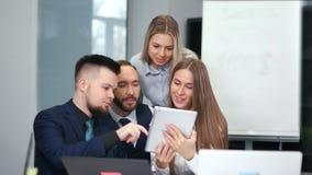 开小组年轻友好的商人看屏幕平板电脑的队会议 股票视频