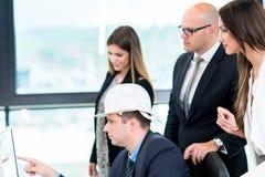 开小组的建筑师会议 解决问题和做 免版税库存图片