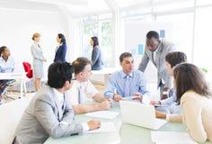 开小组不同种族的商人会议 免版税库存照片