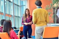 开小组年轻企业的专家会议 库存照片
