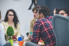 开小组年轻企业的专家会议 库存图片