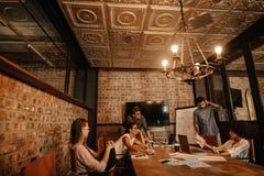 开小组年轻企业的专家会议 免版税库存图片
