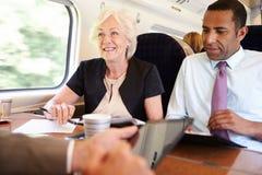 开小组的买卖人关于火车的会议 免版税库存照片